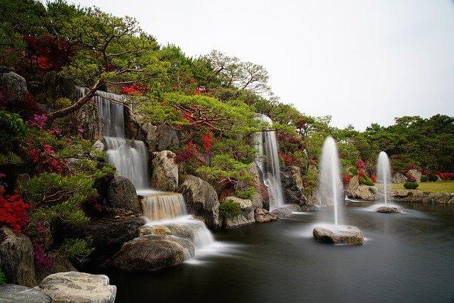 Décorer le jardin en rajoutant des pierre set des fleurs pour valoriser la nature